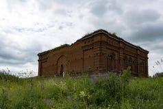 Загубленная церковь, незаконченное здание сделанное красного кирпича в m Стоковые Изображения RF