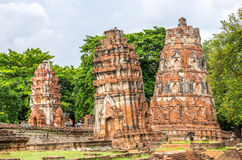 Загубленные stupas в Wat Mahathat, загубленном виске в Ayuthaya, тайском Стоковая Фотография RF