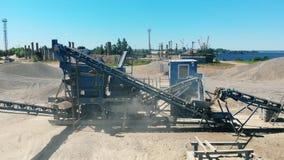 Задавливать машины работая щебни на карьере Работа горного оборудования сток-видео