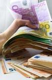 Задавливающ с рукой банкноту 500 евро Стоковое Фото