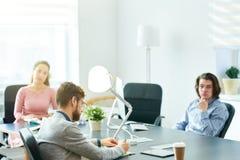 Задачи сочинительства бизнесмена на встрече штата Стоковые Фотографии RF