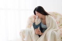 Задвижка женщины болезни привлекательная холод используя ткань Стоковые Изображения RF