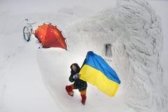 Задействовать в горах зимы Стоковое Изображение