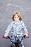 задействовать ребенка мальчика велосипеда стоковое фото
