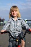 задействовать ребенка мальчика велосипеда стоковые фотографии rf