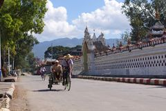 Задействуйте ricksha в деревне на озере Inle в Бирме, Азии Стоковые Фотографии RF