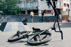 Задействуя велосипед на улице стоковое фото rf