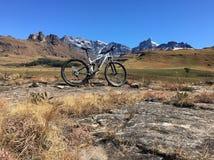 Задействуя горы снега велосипеда Стоковое фото RF
