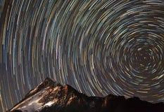 Задействуя звезды в снежных горах в Непале стоковая фотография rf