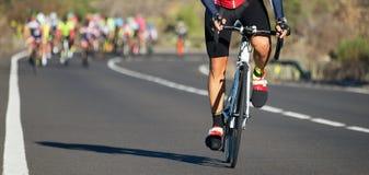 Задействуя конкуренция, спортсмены велосипедиста ехать гонка Стоковые Фотографии RF