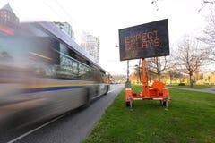 Задержка движения привела автобус знака стоковые изображения rf