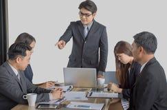 Задирать с из босса управления крича к усиленному работнику на офисе стоковая фотография