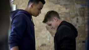 Задира унижает слабого мальчика подростка, эмоциональный и физического насилия, штурма стоковое фото rf