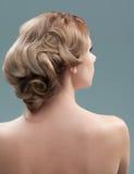 заднее изображение головки волос взваливает на плечи детенышей женщины Стоковая Фотография RF