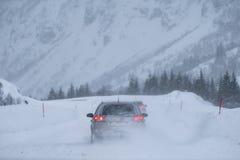 Заднее предосторежение вождения автомобиля через пургу в долине стоковая фотография