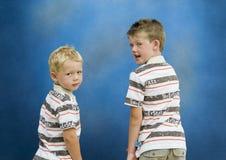 задние братья поворачивая 2 стоковые фотографии rf