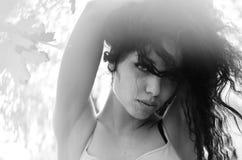 Задние взгляд женщины сексуального брюнет молодой одичалой с ponytail и красивого дна в черной кожаной куртке велосипедиста и эро Стоковое Изображение RF