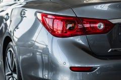 Задние света черного автомобиля сизоватый автомобиля конца фары света желтый цвет представления вне Задняя часть автомобиля стоковые фотографии rf