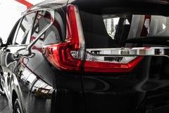 Задние света черного автомобиля сизоватый автомобиля конца фары света желтый цвет представления вне Задняя часть автомобиля стоковое изображение rf
