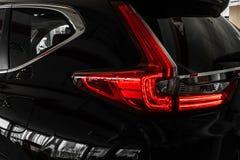 Задние света черного автомобиля сизоватый автомобиля конца фары света желтый цвет представления вне Задняя часть автомобиля стоковые изображения rf