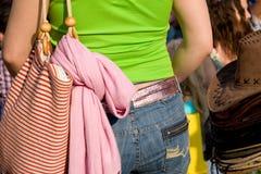 задние яркие детеныши девушки fa одежд стоковые изображения