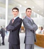 задний бизнесмен представляя совместно 2 детенышей Стоковые Изображения RF