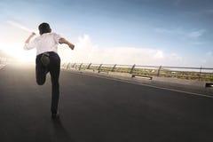 Задний взгляд азиатского хода бизнесмена Стоковые Фото