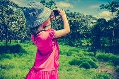Задний взгляд азиатской девушки ослабляя outdoors во времени дня, trave Стоковое фото RF