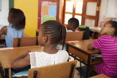 Задний взгляд африканских детей в классе начальной школы Стоковое фото RF