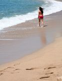 задний взгляд девушки пляжа Стоковая Фотография RF