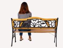 Задний взгляд женщины сидя на стенде Стоковые Изображения RF
