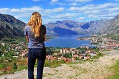 Задний взгляд женщины смотря seascape стоковая фотография rf
