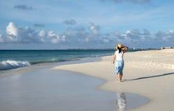 Задний взгляд идти женщины босоногий на карибском пляже 6 стоковые фото