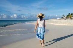 Задний взгляд идти женщины босоногий на карибском пляже 3 стоковое фото rf