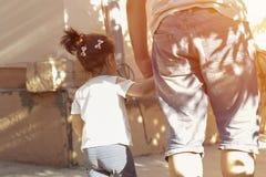 Задний взгляд идти отца и ребенка стоковое фото rf