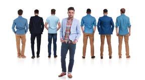 Задний взгляд 6 людей с руководителем группы в фронте стоковая фотография rf