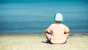 Задний взгляд милого мальчика на взморье каникула территории лета katya krasnodar стоковая фотография rf