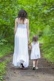 Задний взгляд молодой кавказской женщины с ее маленьким ребенком Стоковые Изображения