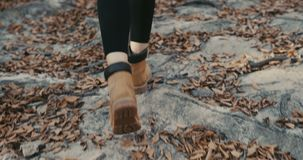 Задний взгляд молодой ноги девушки путешественника идя на утесы, древесины туриста женщины идя видеоматериал