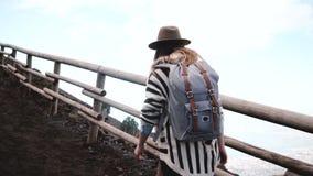 Задний взгляд молодой стильной туристской женщины с рюкзаком самостоятельно к верхней части вулкана Vesuvius в Италии на каникула сток-видео