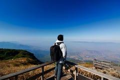 Задний взгляд неопознанного туриста смотря далеко на точке зрения лотка Kew Mae, национальном парке Doi Inthanon, Chiangmai, Таил Стоковые Фотографии RF