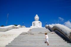Задний взгляд положения маленькой девочки около большой статуи Будды в Пхукете, Таиланде Концепция туризма в Азии и известное стоковая фотография