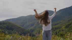 Задний взгляд счастливого девочка-подростка поверх гор акции видеоматериалы