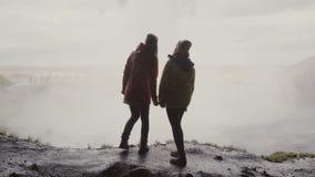 Задний взгляд счастливой женщины 2 стоя около Gljufrabui в Исландии Путешествовать женский исследующ известные визирования сток-видео