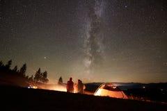 Лето ночи располагаясь лагерем в горах под небом ночи звездным стоковое изображение