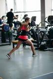 Задний взгляд sporty женщины в розовой работе на спортзале самостоятельно стоковое изображение