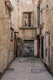 Задний переулок в Сиракузе стоковое фото rf