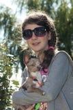 задний свет девушки собаки стоковые фотографии rf