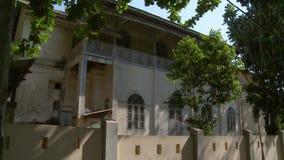 Задний экстерьер и загородка дома классическ-стиля сток-видео