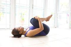 задняя женщина ее протягивать мышцы Стоковые Фотографии RF